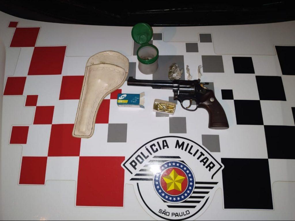 Policia Militar de Manduri prende jovem por porte ilegal de arma e entorpecente.