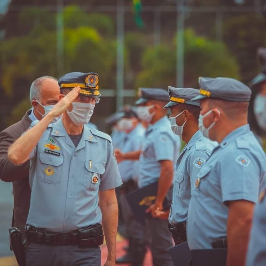 Comando de Policiamento Rodoviário presta homenagem à Polícias que  foram destaque em apreensão de drogas e armas na região.