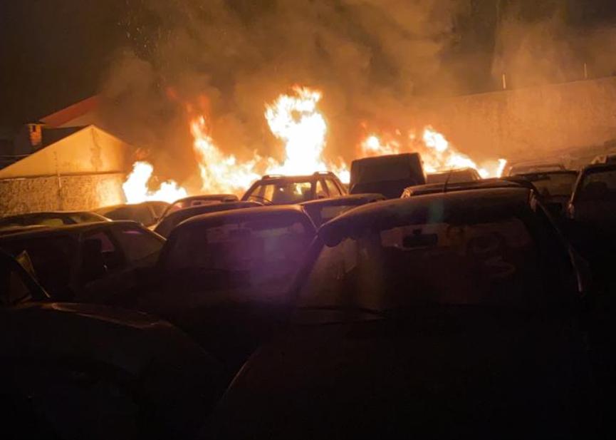 Incêndio destrói  pátio de apreensões de veículos em Jaú