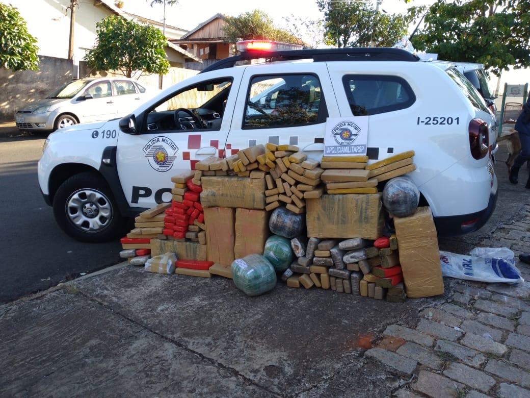 Com apoio do Canil Setorial do 25 BPM/I, Polícia Militar de Pacaembú prende grande quantidade de drogas e recupera carro furtado.